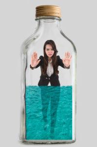 Jeune femme enfermée dans une bouteille.