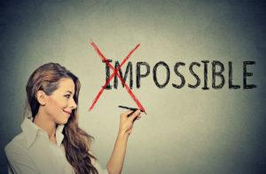 Une femme barre le im de impossible.