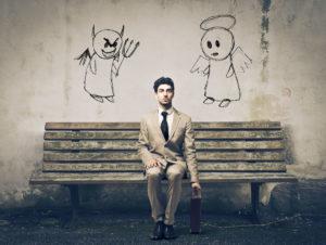 Homme assi avec un ange et un démon sur les cotés.