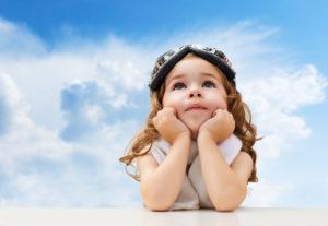 Un enfant est dans ses pensées.