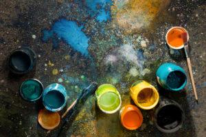 Des pots de peinture et pinceaux.