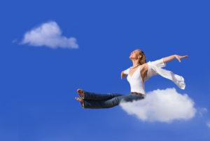 Jeune femme sur un nuage.